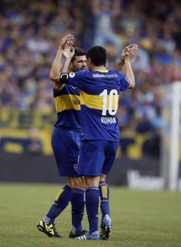 Festejo del goleador luego de convertir con el líder récord.